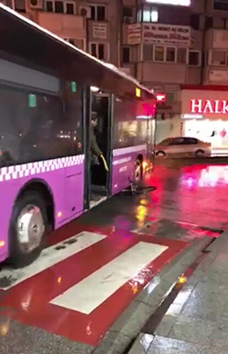 Halk otobüsü şoförü altına aldığı bisikleti metrelerce sürükledi.