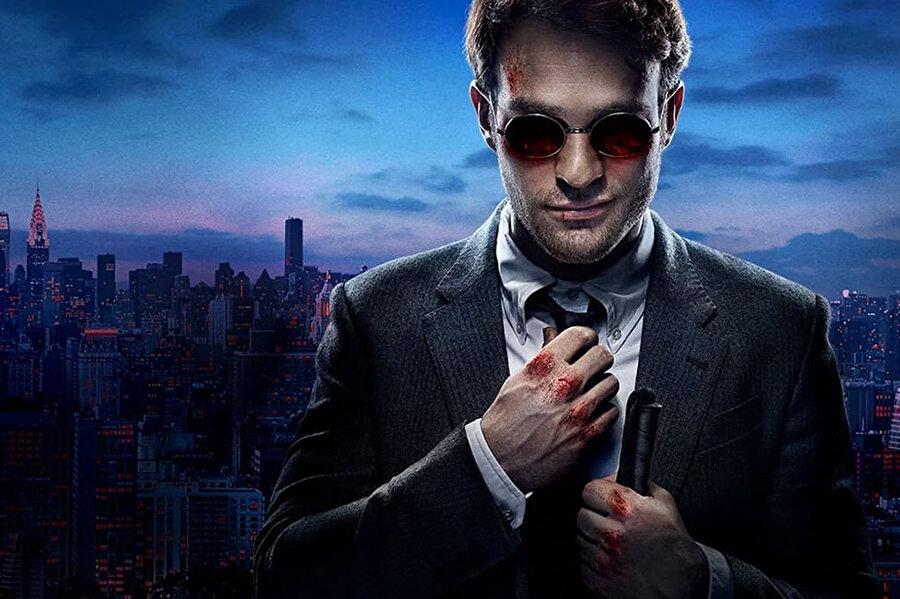 İyi bir avukat olan Matt Murdock, bir kaza sonrası gözlerini kaybeder. Görme eksikliğini diğer duyu organlarını geliştirmesiyle kapatır.