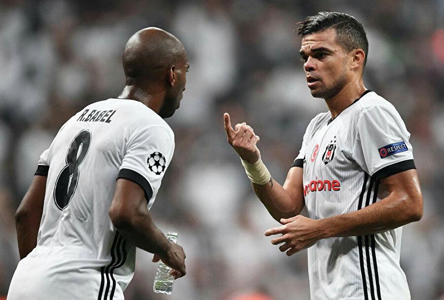 Pepe ve Babel maç sırasında taktik üzerine konuşuyor...