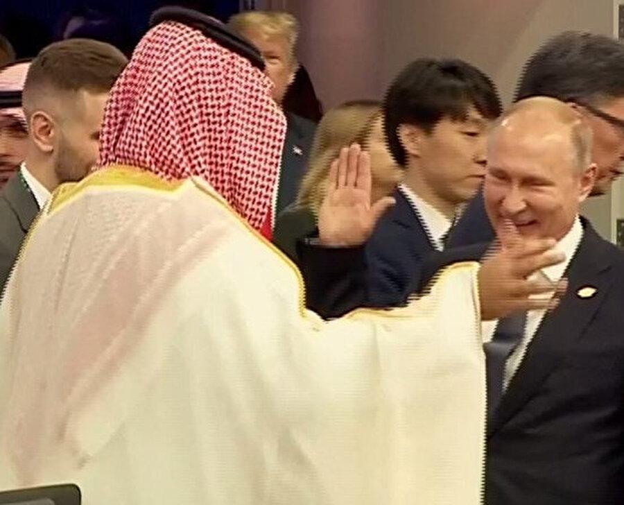 Fotoğraf çekiminden Kaşıkçı cinayeti nedeniyle tepkilerin odağında yer alan Suudi Arabistan Veliaht Prensi Muhammed bin Selman ile Rusya Devlet Başkanı Vladimir Putin arasında samimi tokalaşma dikkati çekti.