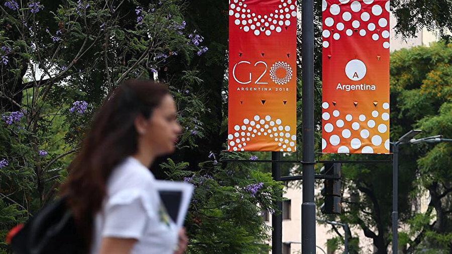 Aralık ayından bu yana G20 Dönem Başkanlığı görevini yürüten Arjantin, 30 Kasım-1 Aralık tarihlerinde G20 Zirvesi'ne ev sahipliği yapıyor. Ülkede son yıllarda ekonomik sıkıntılar devam ediyor ve para birimi peso, ABD doları karşısında sadece bu yıl yüzde 50'ye yakın değer kaybetmiş durumunda.