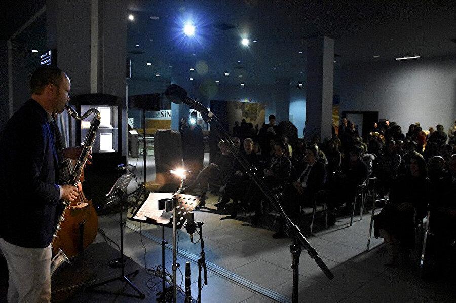 Yaklaşık 1.5 saat süren konser, seyircilerin yoğun alkışıyla sona erdi.