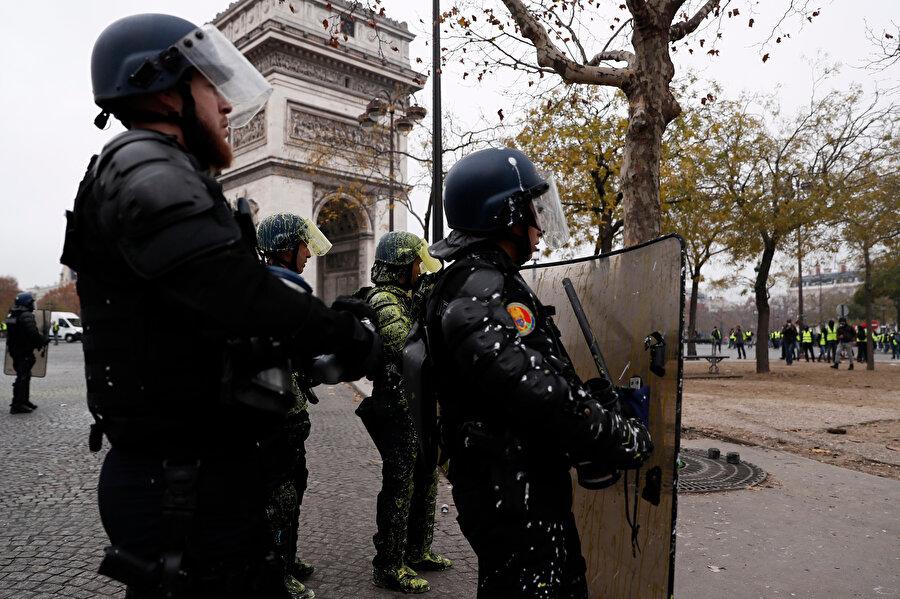 """Fransa'da, """"Sarı yelekliler"""" adı altında örgütlenen eylemcilerin akaryakıt zamlarına karşı protestoları başkent Paris'teki Champs-Elysees Caddesi'nde devam ediyor. Güvenlik güçleri gösteriye müdahale etti."""