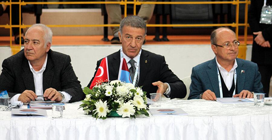 Ahmet Ağaoğlu, genel kurulu takip ediyor.