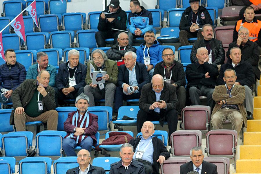 Kongre üyeleri Hayri Gür Spor Salonu tribünlerinden genel kurulu izlerken...