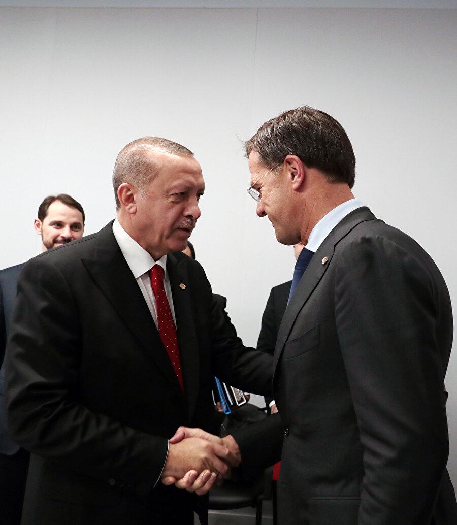 G20 Liderler Zirvesi dolayısıyla Arjantin'in başkenti Buenos Aires'te bulunan Türkiye Cumhurbaşkanı Recep Tayyip Erdoğan (solda), Hollanda Başbakanı Mark Rutte (sağda) ile bir araya geldi.