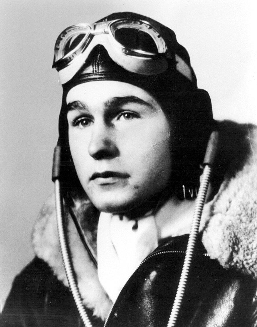 Bush soğuk savaşın bitişi ve Berlin duvarının yıkılması süreçlerinde dünya siyaset sahnesindeki bir isimdi. Amerika Deniz Kuvvetleri'nde havacı bir asker olan Bush İkinci Dünya Savaşı sırasında orduda görev almıştı.