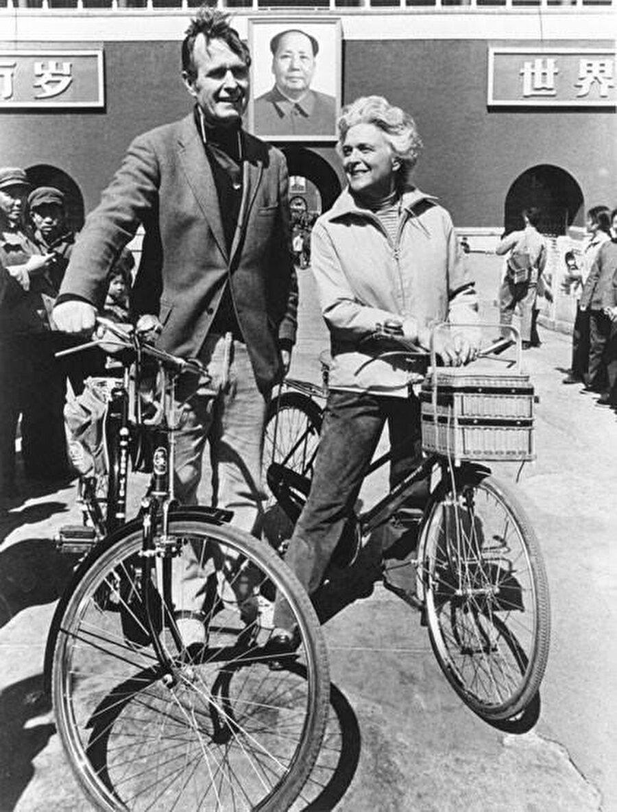 Bush ve eşi Barbara, Çin'in Beijing şehrinde 1974