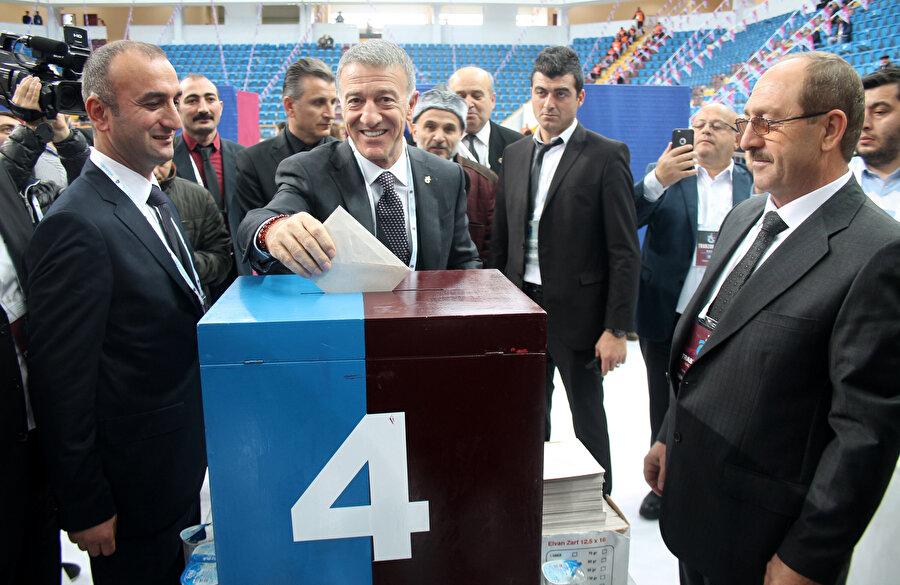 Ahmet Ağaoğlu, kongrede oyunu kullanırken...