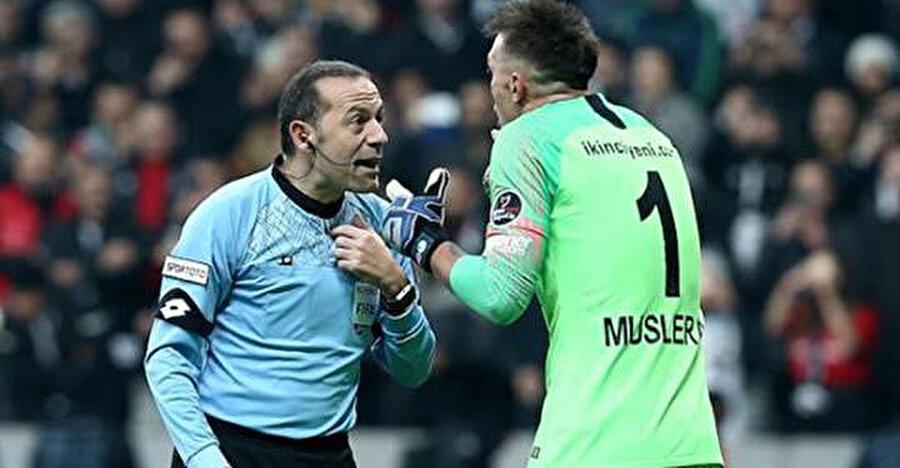 Cüneyt Çakır ve Muslera sarı kırmızılı takım aleyhine verilen penaltı pozisyonunu tartışıyor.