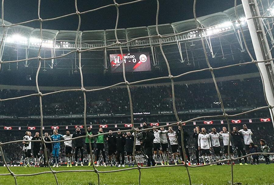 Beşiktaş maç sonunda derbi galibiyetini taraftarla birlikte tezahürat yaparak kutladı.