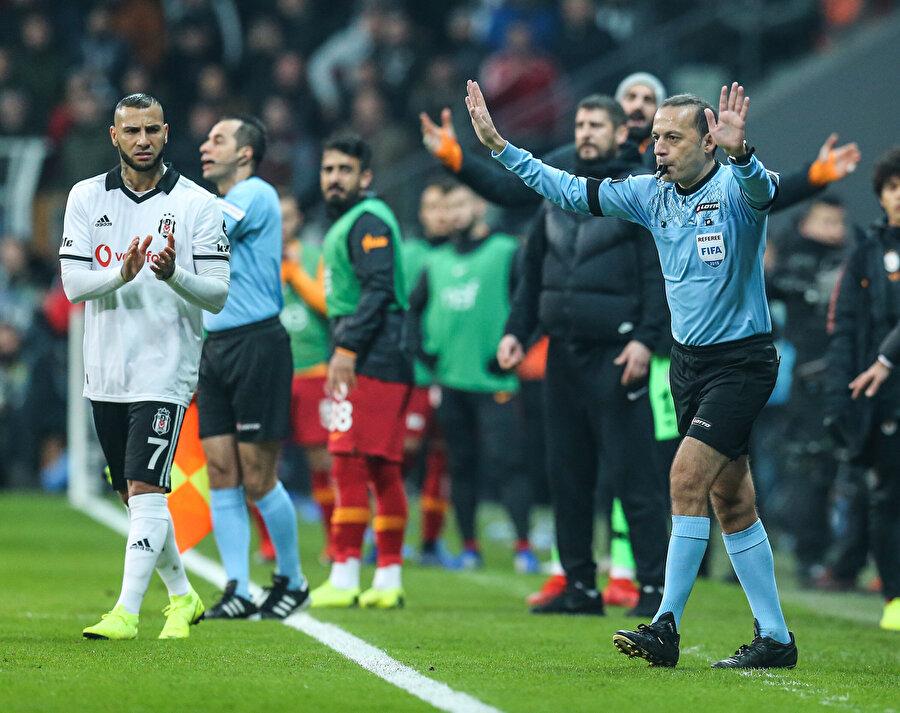 Cüneyt Çakır, VAR'ı kontrol ettikten penaltı kararı veriyor...
