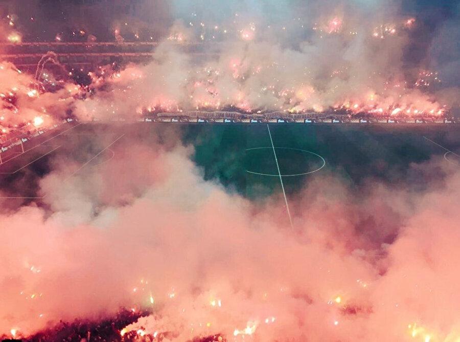 Sarı kırmızılı taraftarlar, Türk Telekom Stadyumu'nda muazzam bir ambiyans oluşturdu.