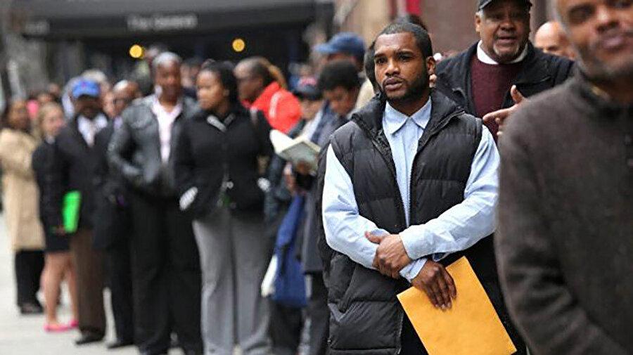 Siyahi ve Asyalı etnik azınlıkların günlük hayattaki deneyimi üzerine yoğunlaşan ankete göre azınlık mensuplarının yüzde 43'ü son 5 yılda iş yerlerinde terfi sıralamasında görmezden gelindiklerine inanırken, böyle düşünen beyazların oranı yüzde 18 oldu.