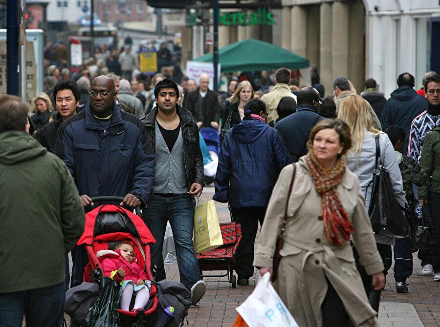 İngiltere'nin 66 milyonu bulan nüfusu içinde yaklaşık 8 milyon 500 bin etnik azınlık mensubu yaşıyor. Bunların en önemli kısmını ülkenin imparatorluk dönemindeki eski sömürgelerinin halkları oluşturuyor.