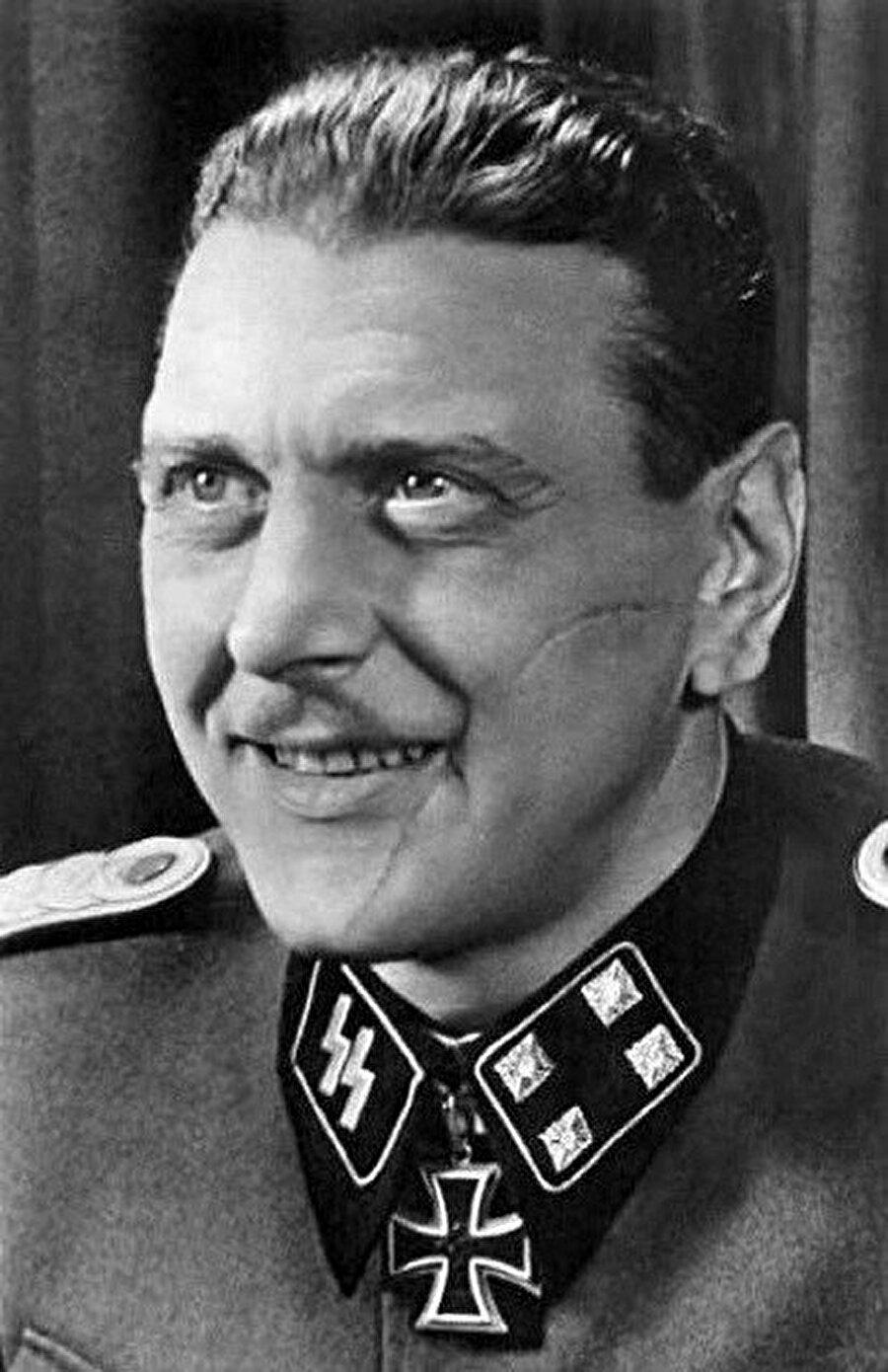 Suratındaki yara iziyle, katı disiplini ve yaratıcılığıyla tarihe geçen bir Alman subay olan Otto Skorzeny.
