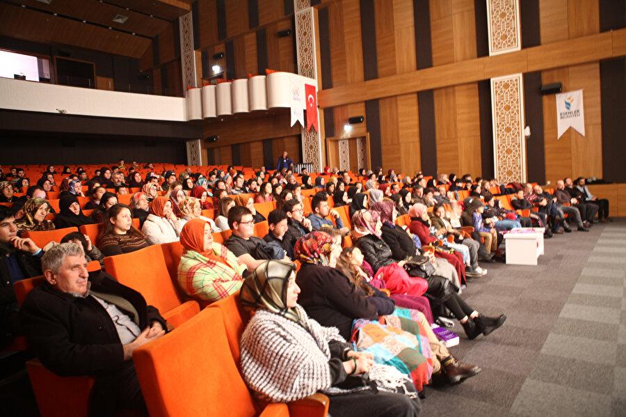 500 kişilik kapasiteye sahip tiyatro salonu neredeyse tamamen doluydu.