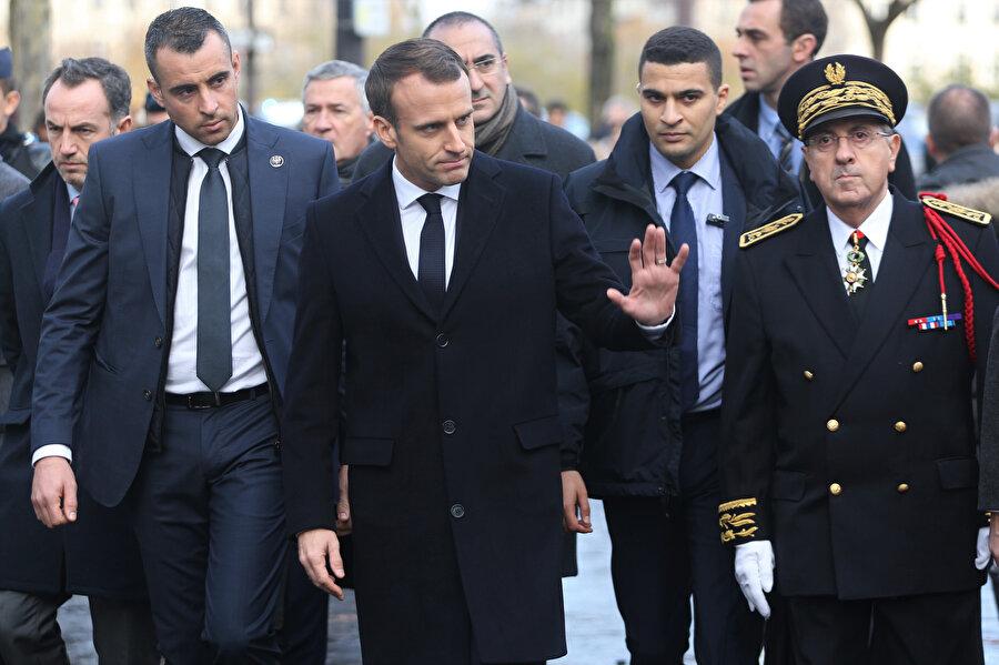 Paris'te akaryakıt zammına tepki olarak başlayan ve gittikçe büyüyen gösteriler sonrası Fransa Cumhurbaşkanı Emmanuel Macron olayların yaşandığı alanda incelemelerde bulundu. Fransa polisi Macron'un gelişi öncesi güvenlik önlemi aldı.