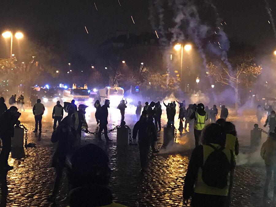 Sarı yeleklilere, Fransa polisi göz yaşartıcı gaz ve tazyikli suyla müdahale etmişti.