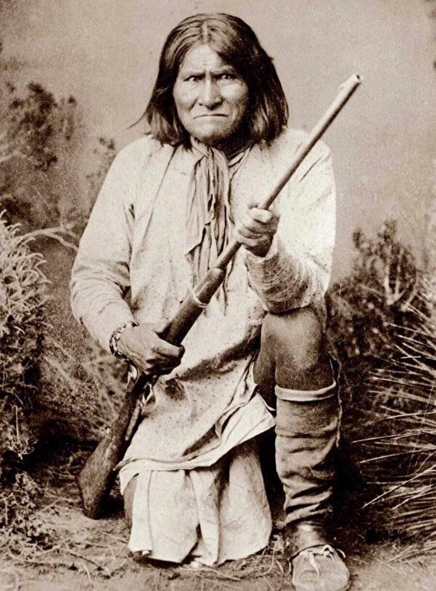 1858'de annesi, karısı ve çocukları Apaçiler'i topraklarından sürmek isteyen Meksikalı askerlerin kurşunlarıyla gözlerinin önünde can verince önce Meksikalılarla, sonra onların yerini alan Amerikalılarla mücadeleye başlayan Geronimo, Kızılderililerin efsane lideri olarak tarihe adını yazdırdı.
