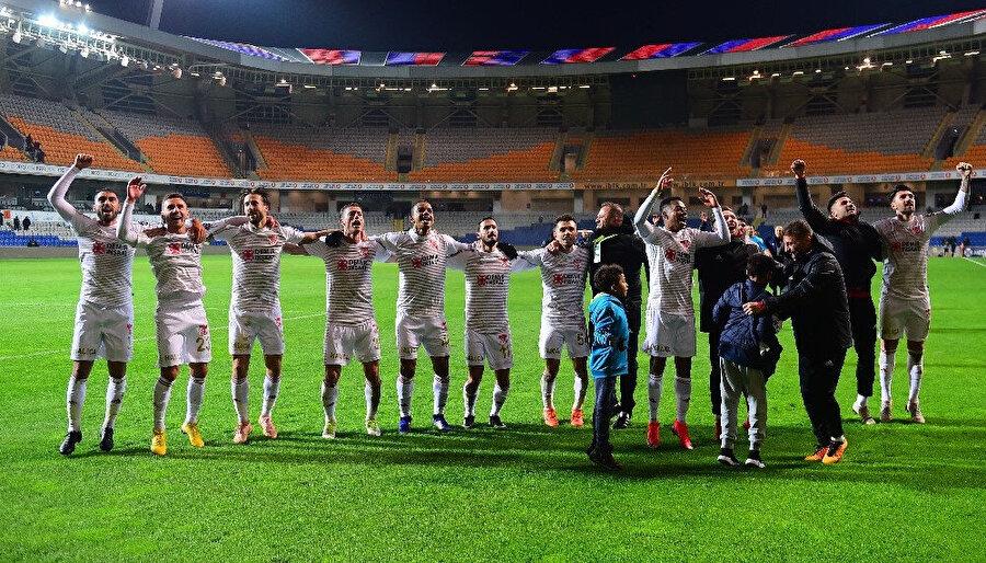 Sivassporlu oyuncular Başakşehir galibiyetini deplasmanda kendilerini yalnız bırakmayan taraftarları ile birlikte kutladılar.