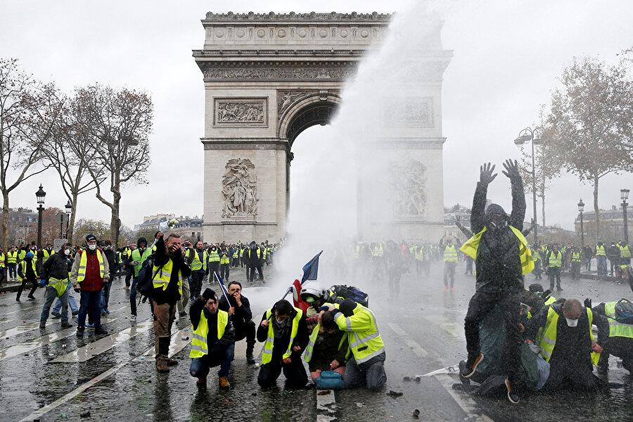 Eylemciler, dün sabahın erken saatlerinde yoğun güvenlik önlemlerinin alındığı Champs-Elysees Caddesi çevresinde toplanmıştı. Polis, caddeye girmelerine izin vermediği eylemcilere göz yaşartıcı gaz ve tazyikli suyla müdahale etmişti.