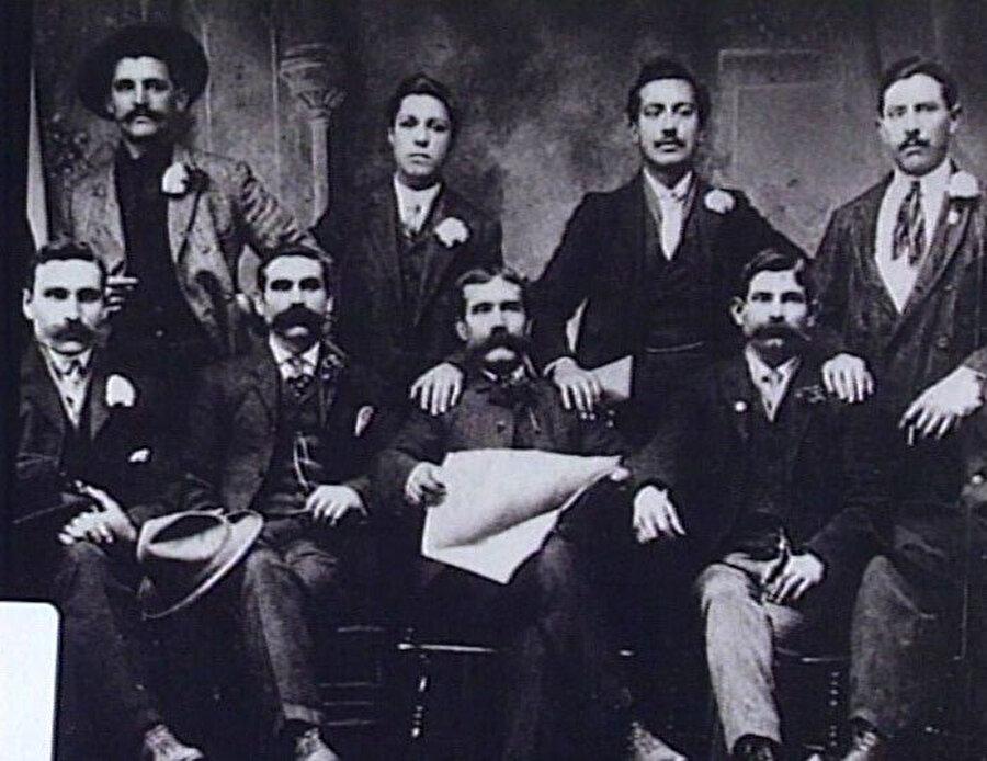 Padrino yani Baba olmak isteyen adaylar, bazı dönemlerde kendilerine ait özel silahlı gruplarıyla birlikte rakiplerini ortadan kaldırarak yönetimi ele almışlardır. Padrinoların her biri Sicilya'da ve İtalya'nın diğer bölgelerinde yönettikleri aileler içinden bir tanesini diğer ailelere liderlik yapması için bir lider aile tayin ederdi.