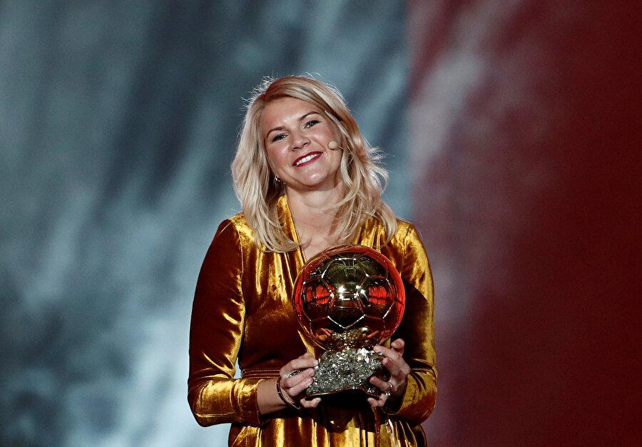 Ada Hegerberg kadınlarda ilk kez Ballon d'Or kazanan isim olmanın gururuyla izleyenlere bakıyor.