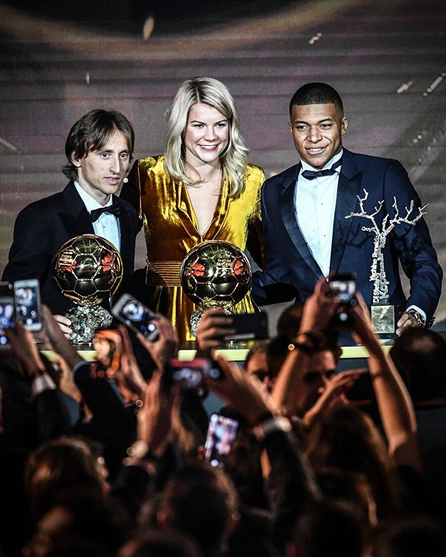 Modric & Ada & Mbappe üçlüsü toplu şekilde fotoğraf çektiriyor.