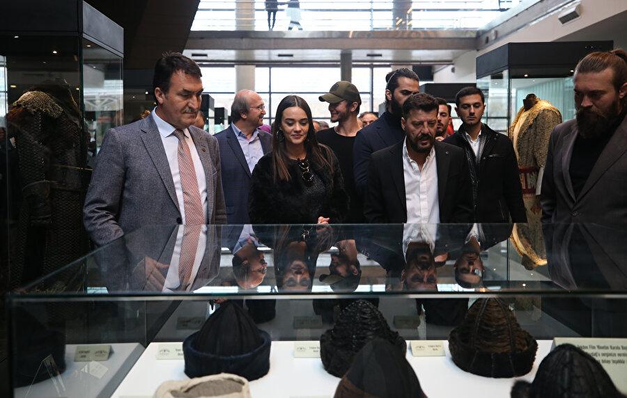 Açılış töreninde vatandaşların yoğun ilgisiyle karşılaşan oyuncular, müzenin açılış kurdelesini kesti.