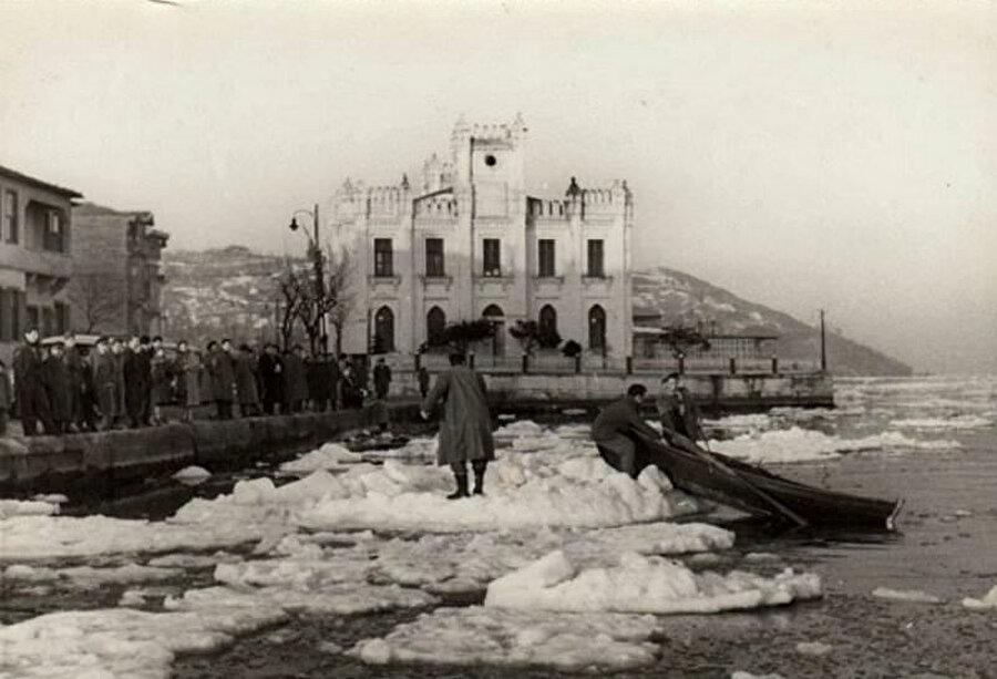 Tarihler 25 Şubat 1954'ü gösterdiğinde de birçok kişi buzlar üzerinde dolaşmış vapurlar Boğaziçi seferlerini yapamamıştı. Boğazın Anadolu kavağı ile Rumeli kavağı arasındaki ağzı da tamamen kapanmıştı.