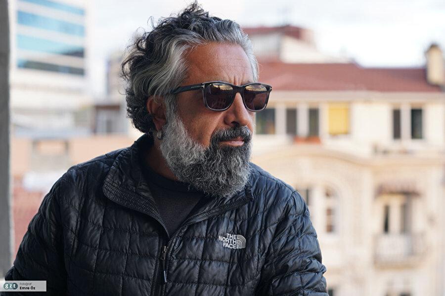 1995 yılında Sabah Gazetesi Dergi Grubu'nda başladığı foto muhabirliği kariyerini sırasıyla Hürriyet Dergi Grubu, Gazete Pazar, Milliyet ve son olarak fotoğraf editörlüğünü üstlendiği Aksam gazetesinde sürdürdü.