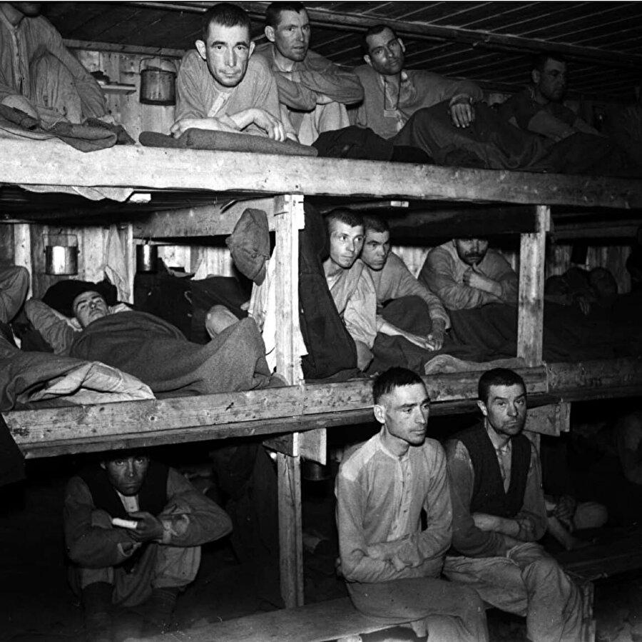 Sovyet askerlerinin barındığı esir kamplarının içinden bir görüntü.