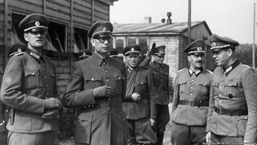 1942 yılında Nazilere esir düşen ünlü Rus general Andrey Vlasov (soldan ikinci) Almanların desteği ile Rusya Kurtuluş Ordusu'nu kurdu ve savaş bitince Amerikanlar tarafından Sovyetlere teslim edildikten sonra 1946 yılında idam edildi.