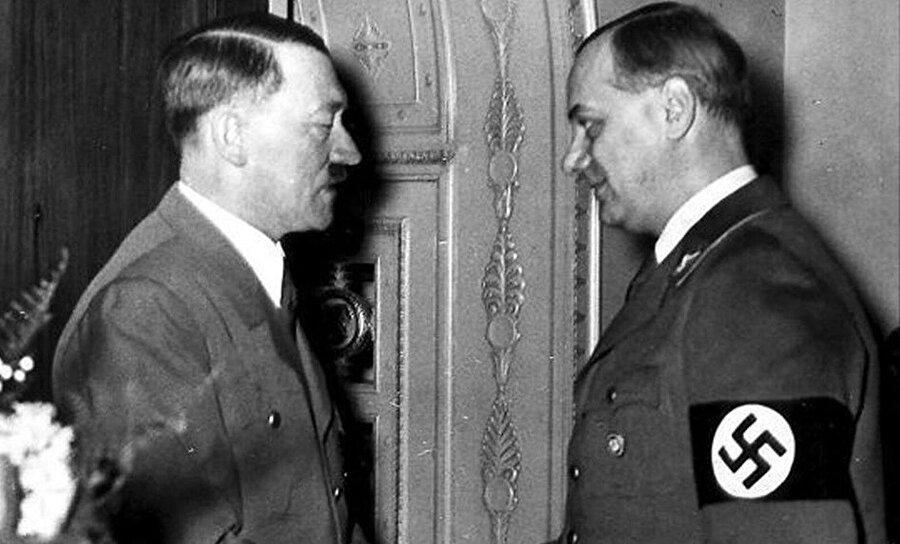 Alfred Rosenberg (sağda) 16 Ekim 1946 yılında Nürenberg'de idam edildi.