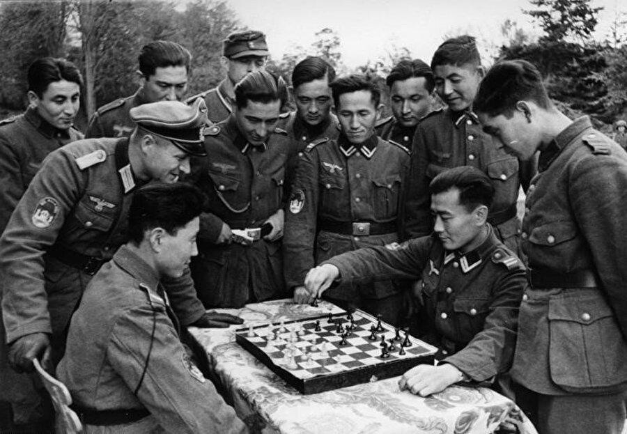 Türkistan Lejyonu askerleri satranç oynarken. Ekim, 1943