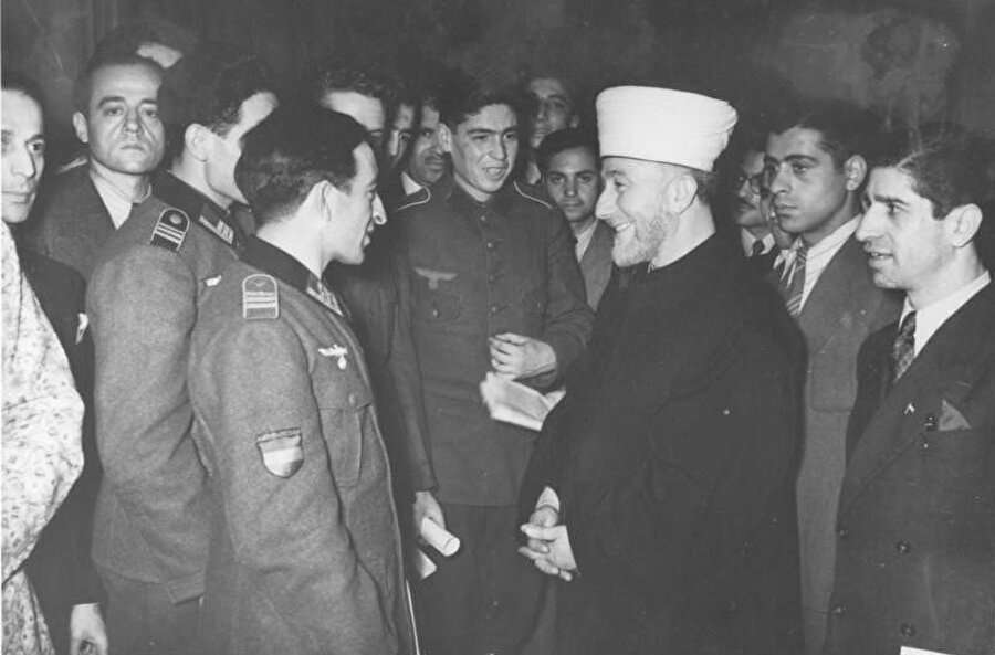 Kudüs Baş Müftüsü Emin el-Hüseyni'nin 19 Aralık 1942'de Azerbaycan Lejyonu askerleri ile buluşması sırasında çekilen bir fotoğraf.