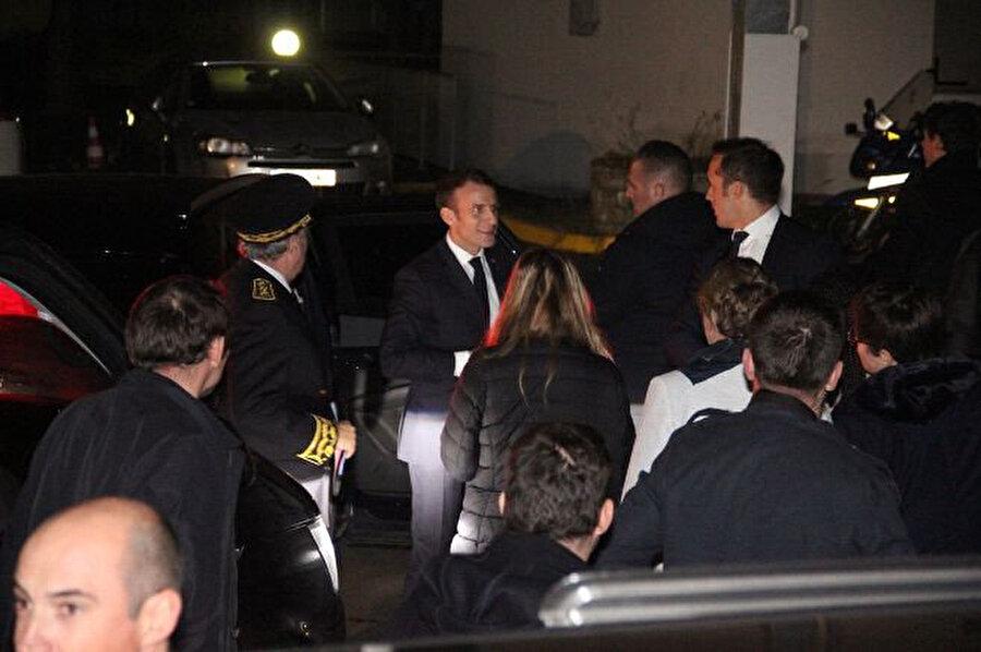 Macron, Cumartesi günü yaşanan protesto gösterilerinde saldırıya uğrayan Puy-en-Velay Emniyet Müdürlüğü'nü ziyaret etti.