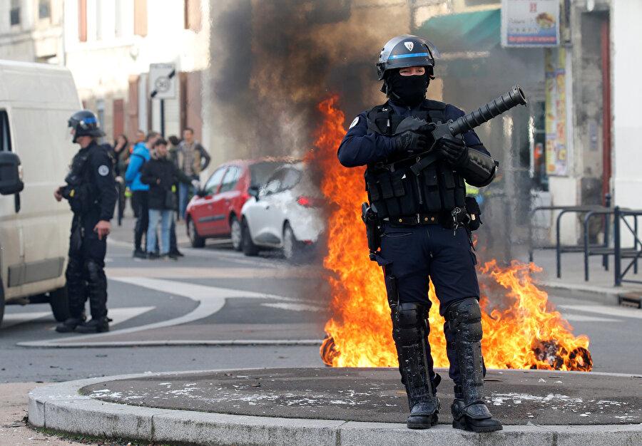 Ülkenin birçok kentindeki gösterilerde de caddeler ve yollar kapatılmıştı.