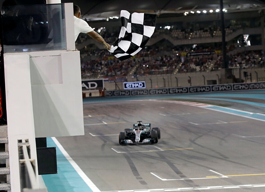 Lewis Hamilton 2018'de son kez damalı bayrağı görüyor.