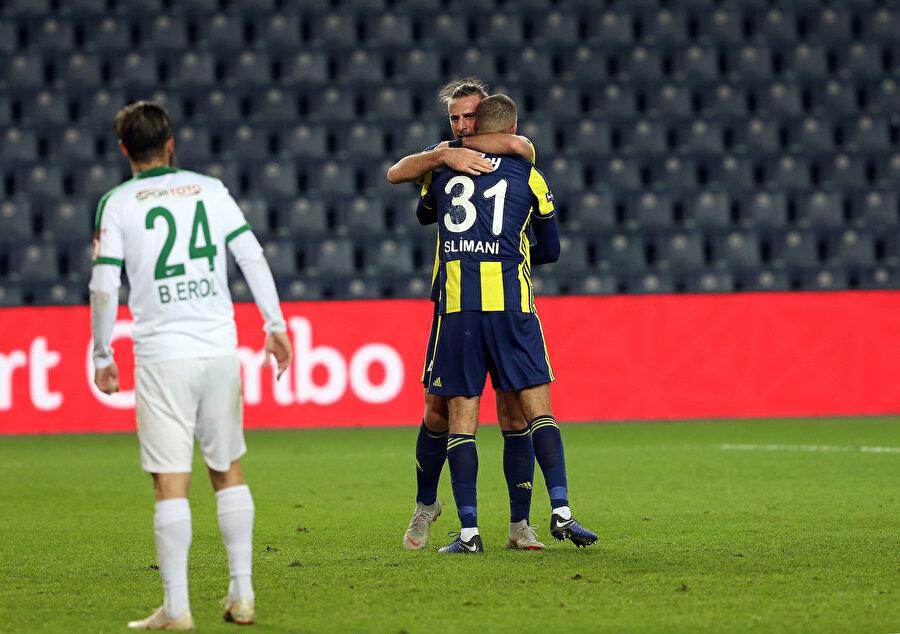 Yiğithan, attığı golden sonra Slimani'yi kutluyor...
