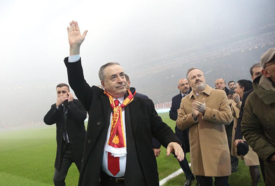 Mustafa Cengiz, taraftarı selamlıyor.