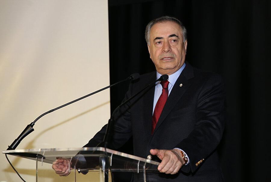 Mustafa Cengiz katıldığı ödül töreninde kürsüde konuşuyor.