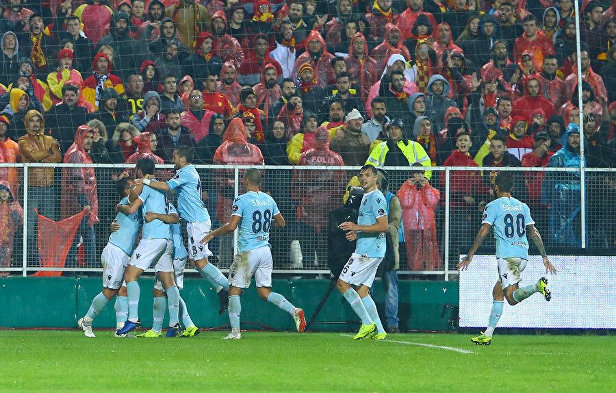 Başakşehirli futbolcuların gol sevincini birlikte yaşıyor.