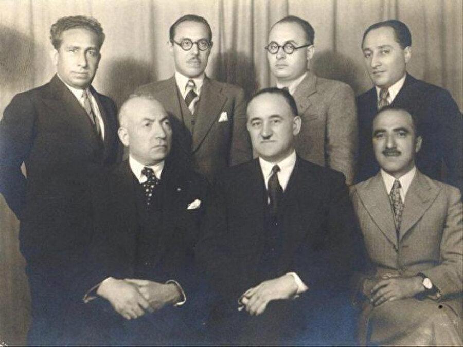 Mehmet Emin Resulzade (oturanlardan soldan ikinci) Almanya'da kurduğu Azerbaycan Demokrat Birliği aracılığıyla Azerbaycanlı esirlere seslenerek ''Ana vatan Türkiye sizin yanınızdadır'' diye çağrıda bulunuyordu.