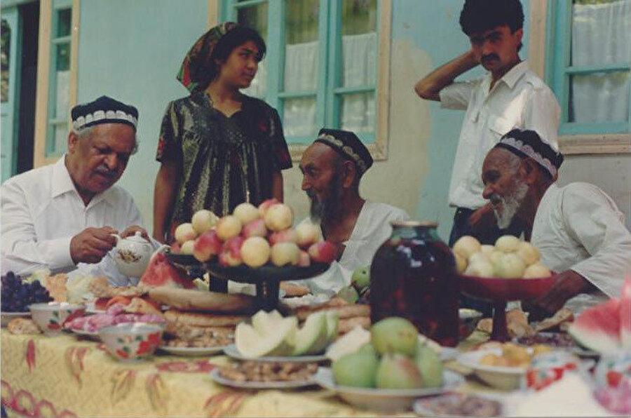 Türk tarih ve kültür araştırmalarına büyük hizmetler veren ve binlerce Türkistanlı'nın hayatının kurtulmasına vesile olan Baymirza Hayat (soldan birinci) 2006 yılında Köln'de vefat etti.