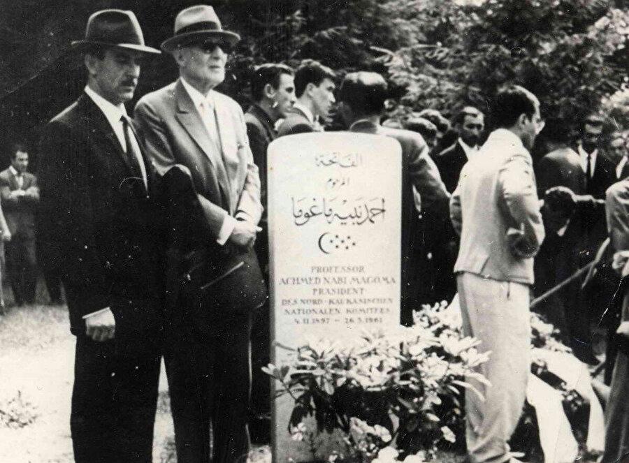 1963 yılında vefat eden Alihan Kantemir (soldan ikinci) arkadaşı ve silahdaşı Ahmed Nabi Magoma'nın mezarı başında