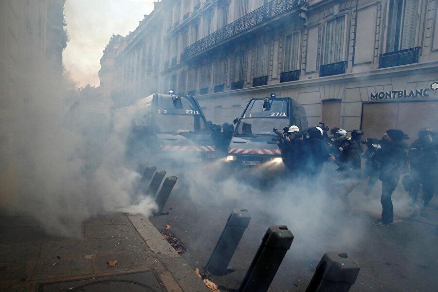 Göstericiler ile polisler arasındaki gerginlik yer yer çatışmaya dönüşüyor.