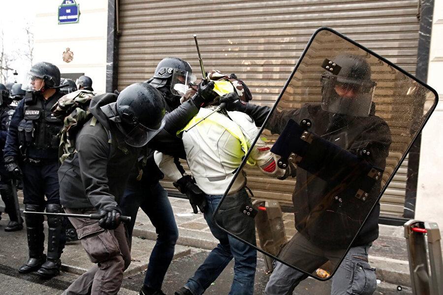 Polis göstericilere karşı orantısız güç kullanıyor.