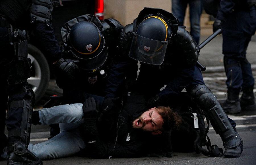 Polisler yakaladıkları göstericilere şiddet uyguluyor.